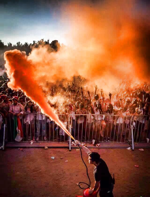 Colore in polvere: come caricare un estintore con le polveri Holi Colors Italia. Guida illustrativa